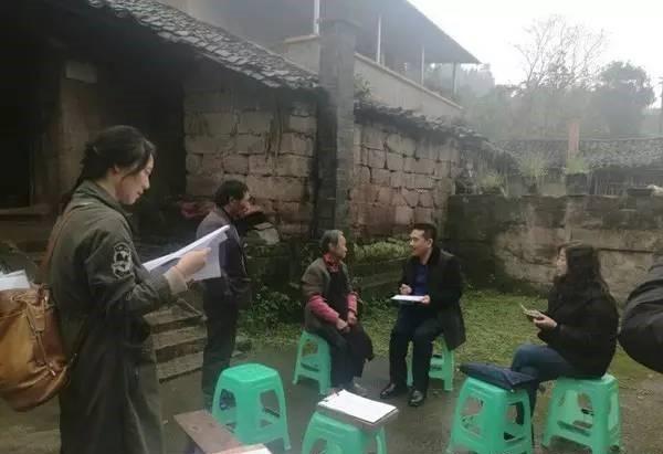 照片5.王富强深入农家采风创作.jpg